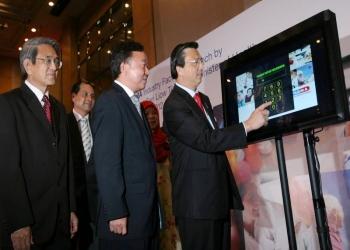 """廖中莱(前排右)为""""药剂业实录──创造一个健康和充满活力的国家""""主持推介礼。前排左起为郭双福和尤劲发。"""