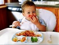 孩子吃东西_feng
